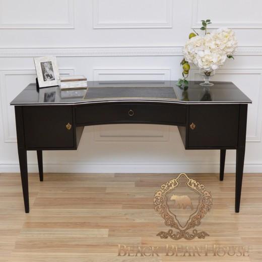 czarne drewniane biurko