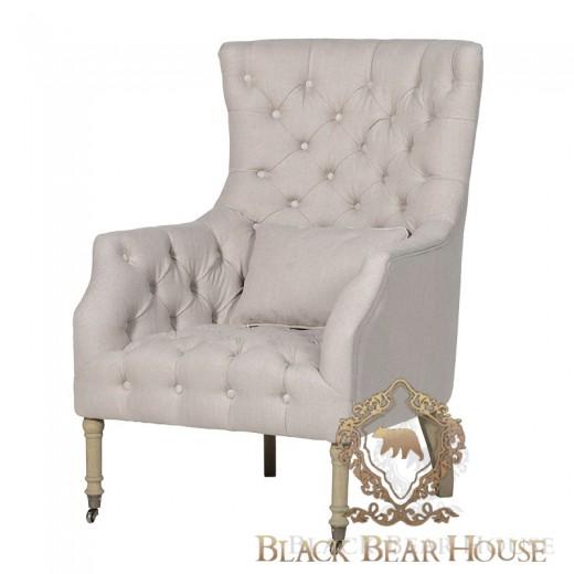 pikowany fotel w beżowej tkaninie